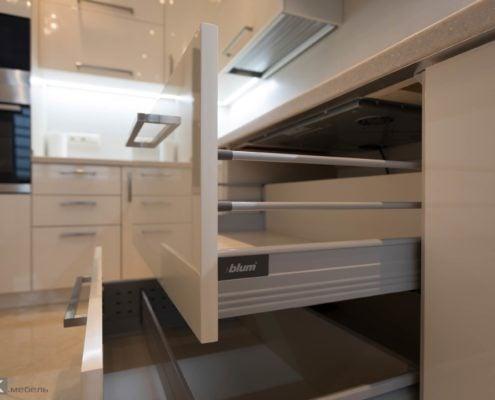 Ящики блюм с релингами на кухне