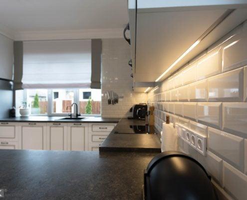 Кухня-с-подсветкой-частном-доме-1009