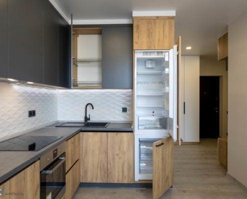 Встроенный холодильник на кухне под потолок