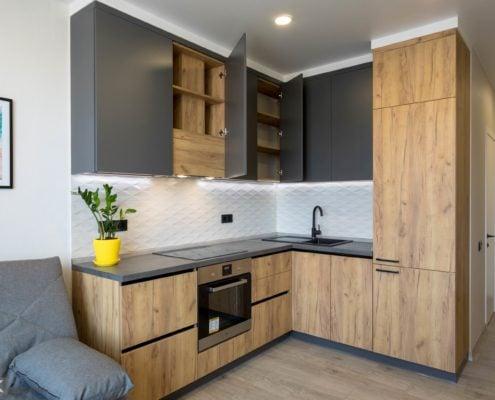 Кухня-без-ручек-встроенная вытяжка