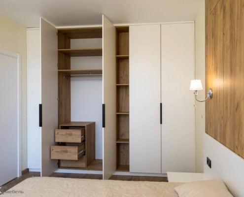 Распашной шкаф с открытыми фасадами