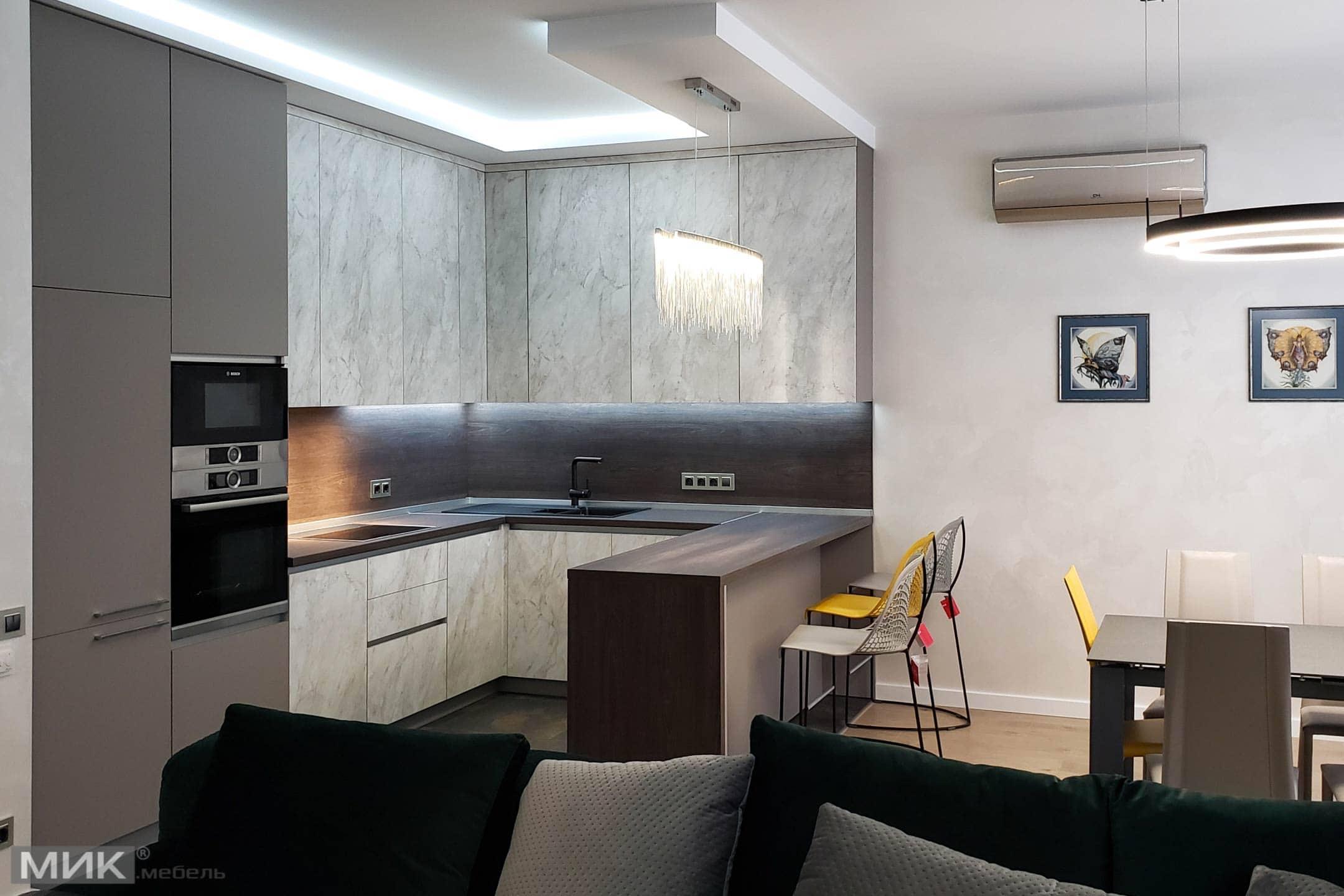 Кухня-стінова панель в колір стільниці