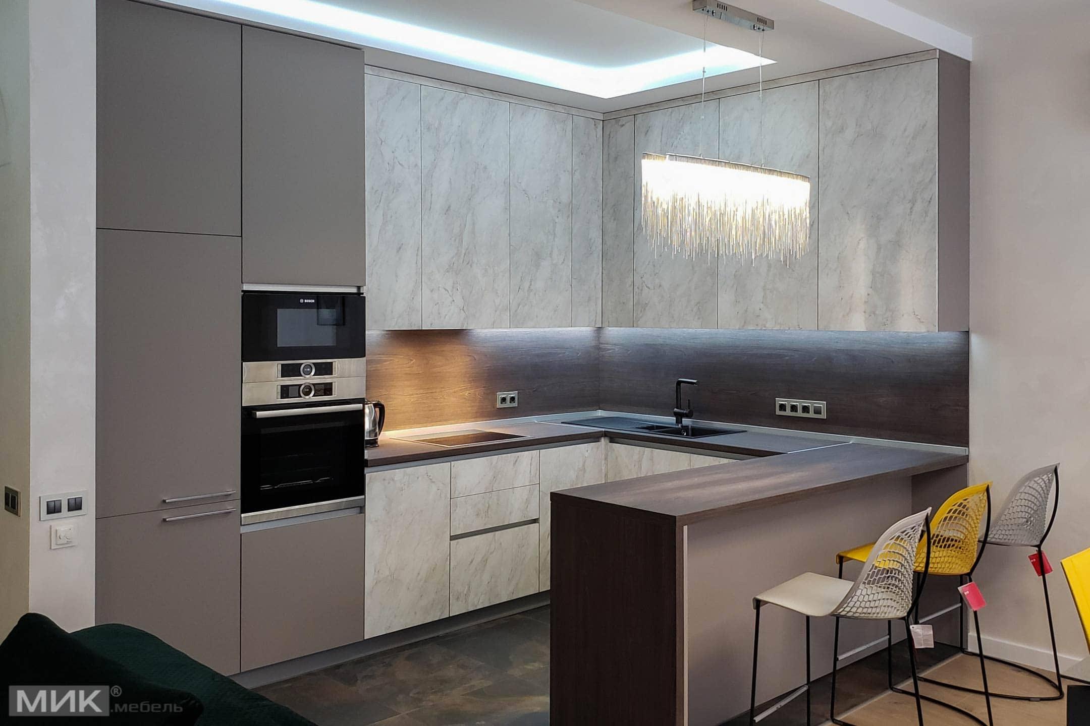 кухня стінна панель в колір стільниці