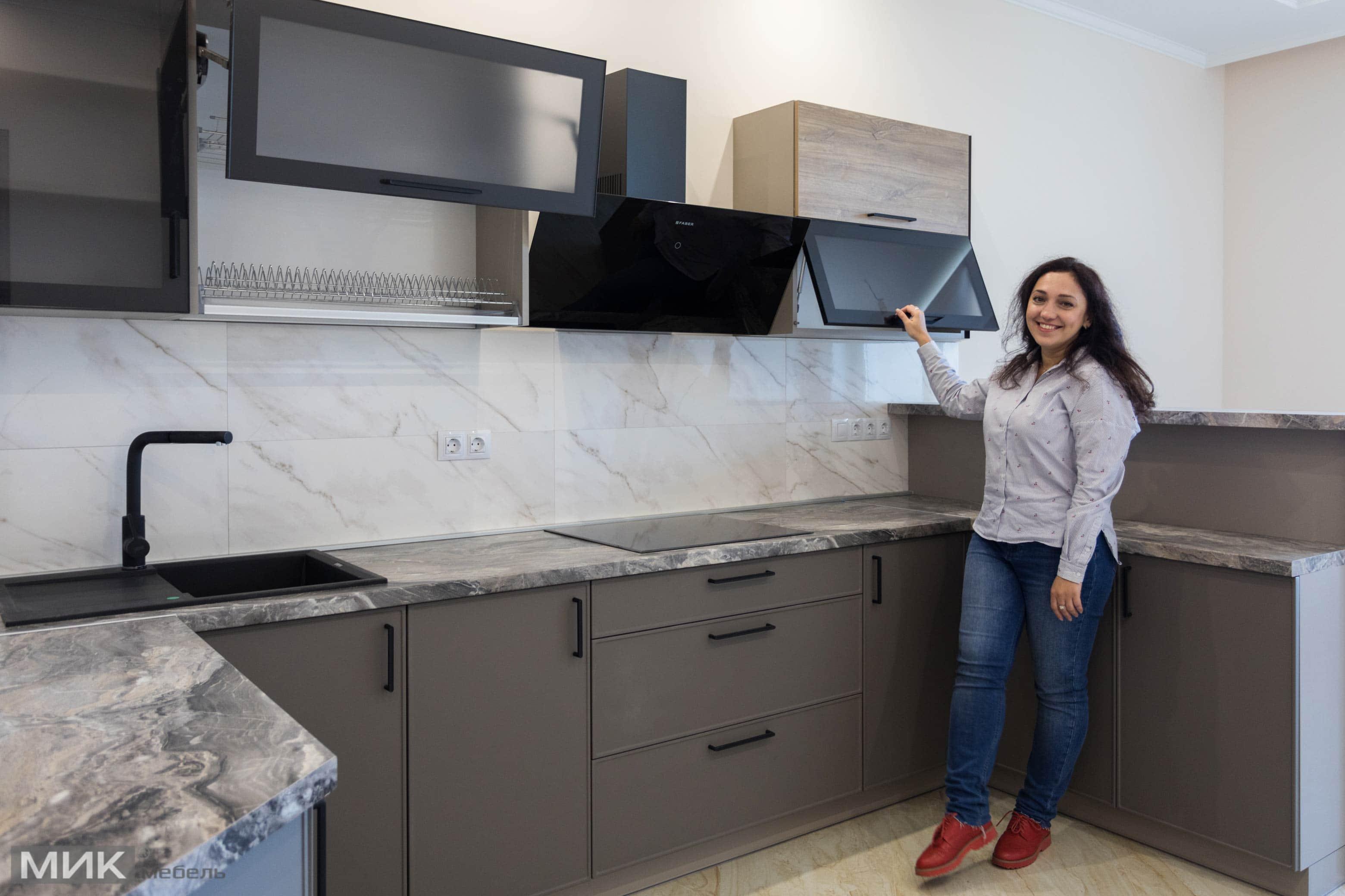Мария Мельникович на серой кухне кухне