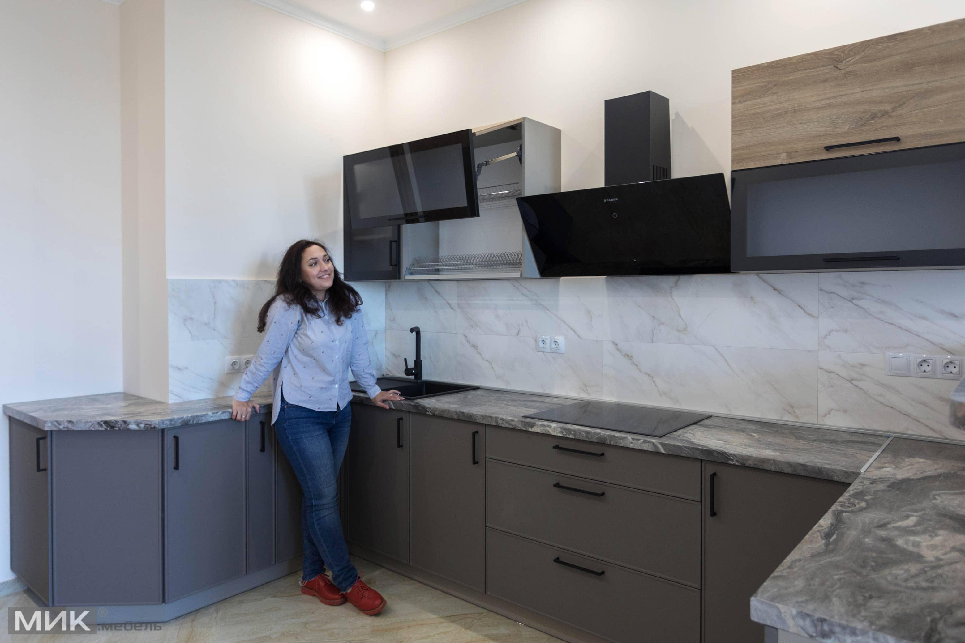 Девушка на новой кухне