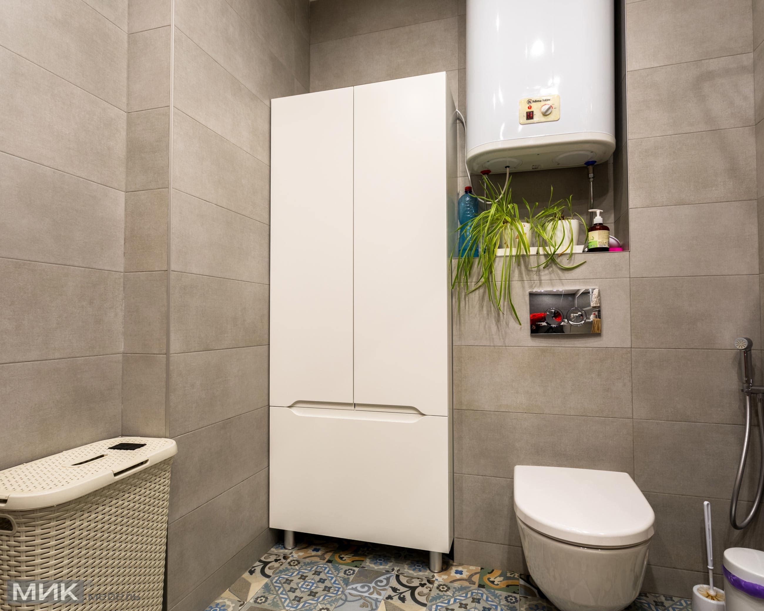 Белый-шкаф-в-ванной-комнате