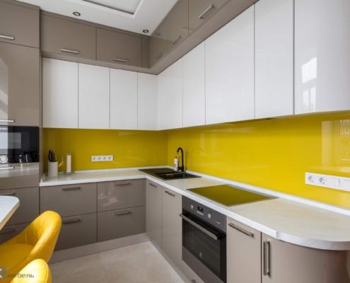 Кутова кухня з жовтим скіналі