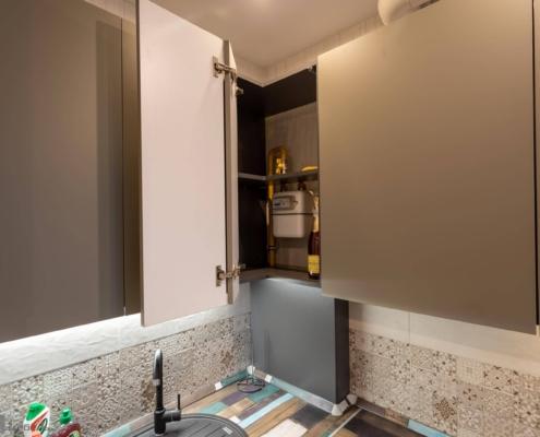 Газовый счетчик в шкафу кухни угловой