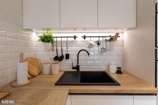 10-черная мойка на белой кухне