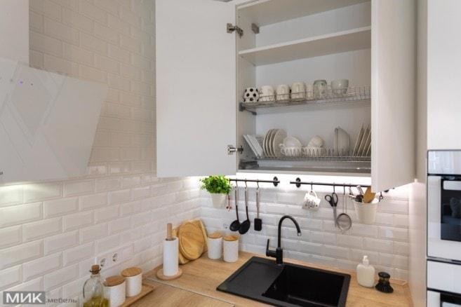 11-Сушка для посуды на белой кухне