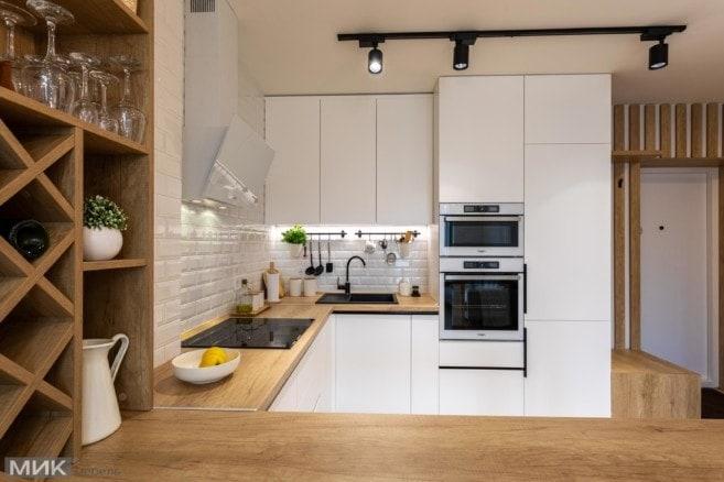 3-Белая кухня без ручек под потолок с бутылочницей