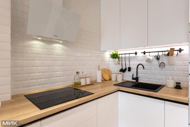 9-белая вытяжка на белой кухне