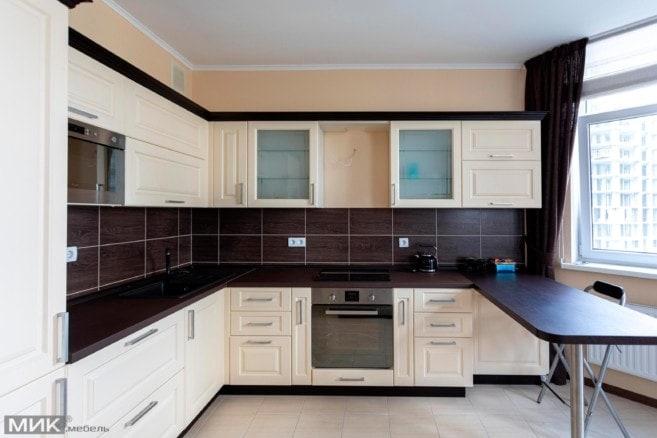 Кухня-МДФ-с-наружным-углом-и-в классическом стиле