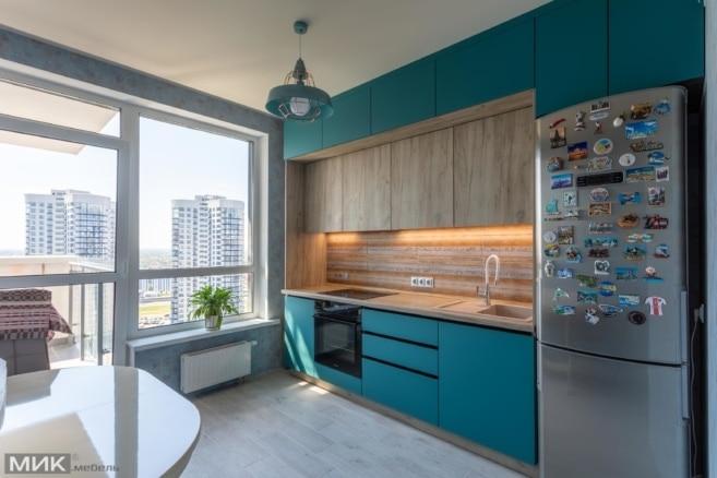 Прямая двухцветная кухня под потолок